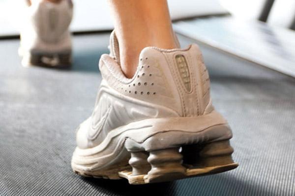 Une paire de baskets avec semelles anti vibration