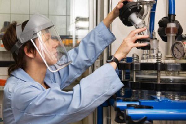 Un technicien fait un dosage pour un mélange anti abrasif